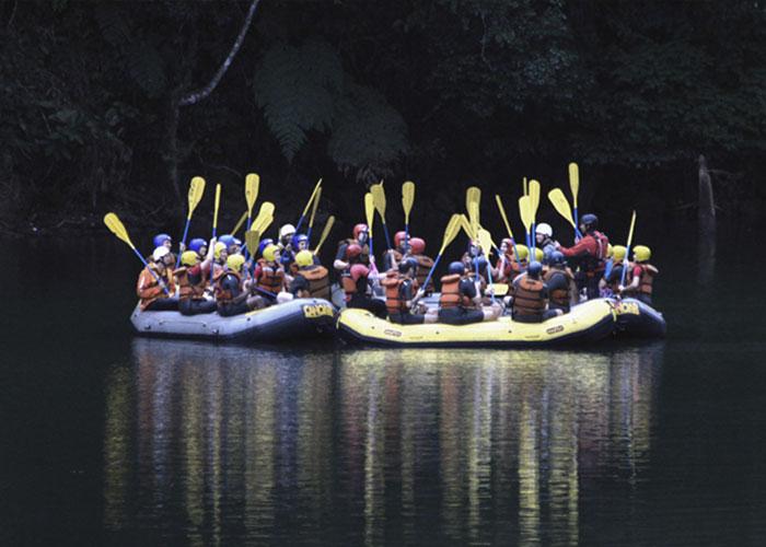 dois botes praticando rafting