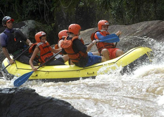 bote praticando rafting no rio do peixe